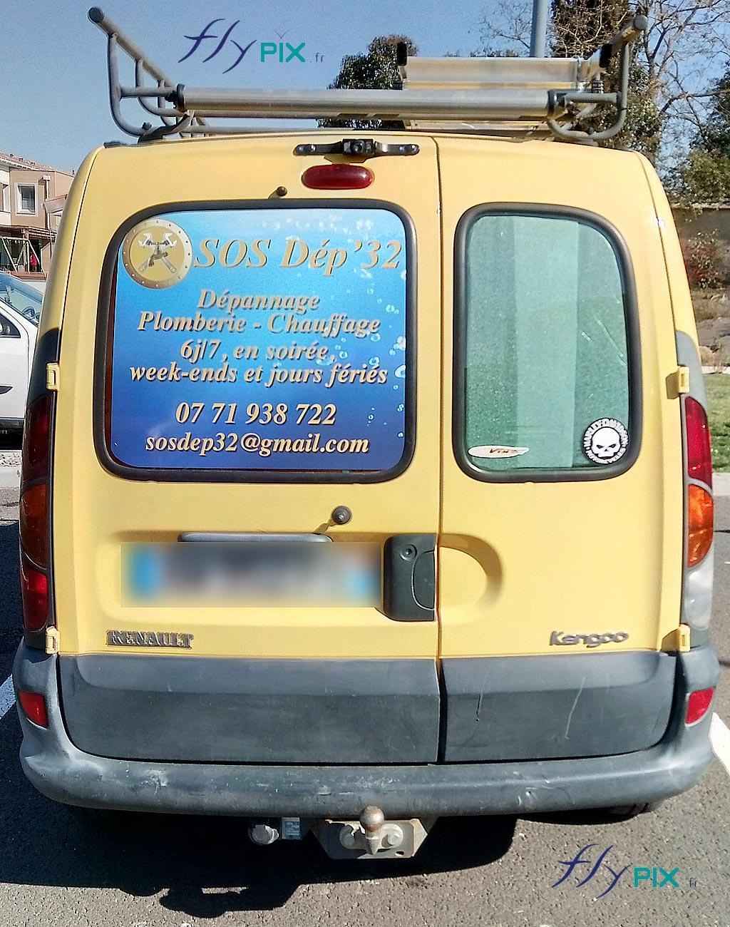 Vue arrière voiture kangoo avec les marquages adhésifs imprimés et personnalisés.